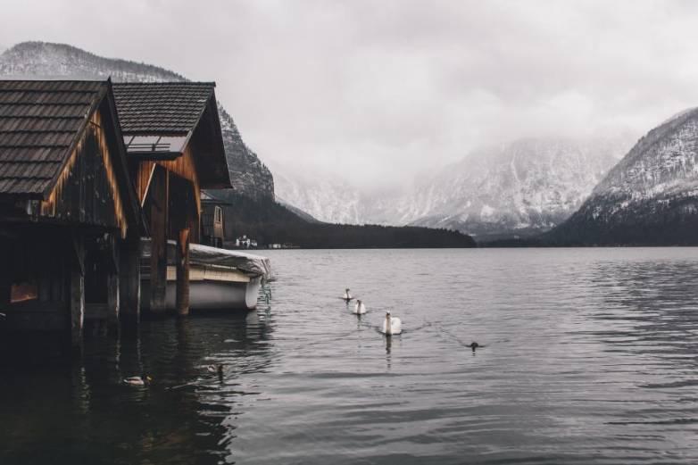 domek w górach nad jeziorem